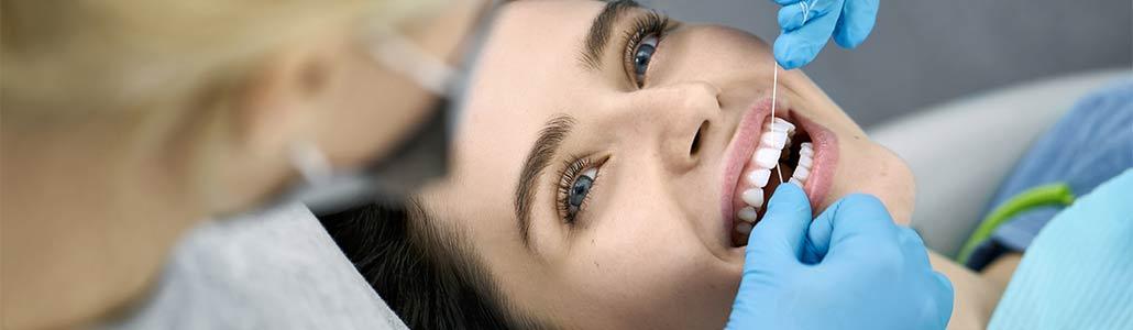 Frau bei der Zahnreinigung