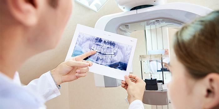 Zahnarzt zeigt Röntgenbild in Berlin MItte